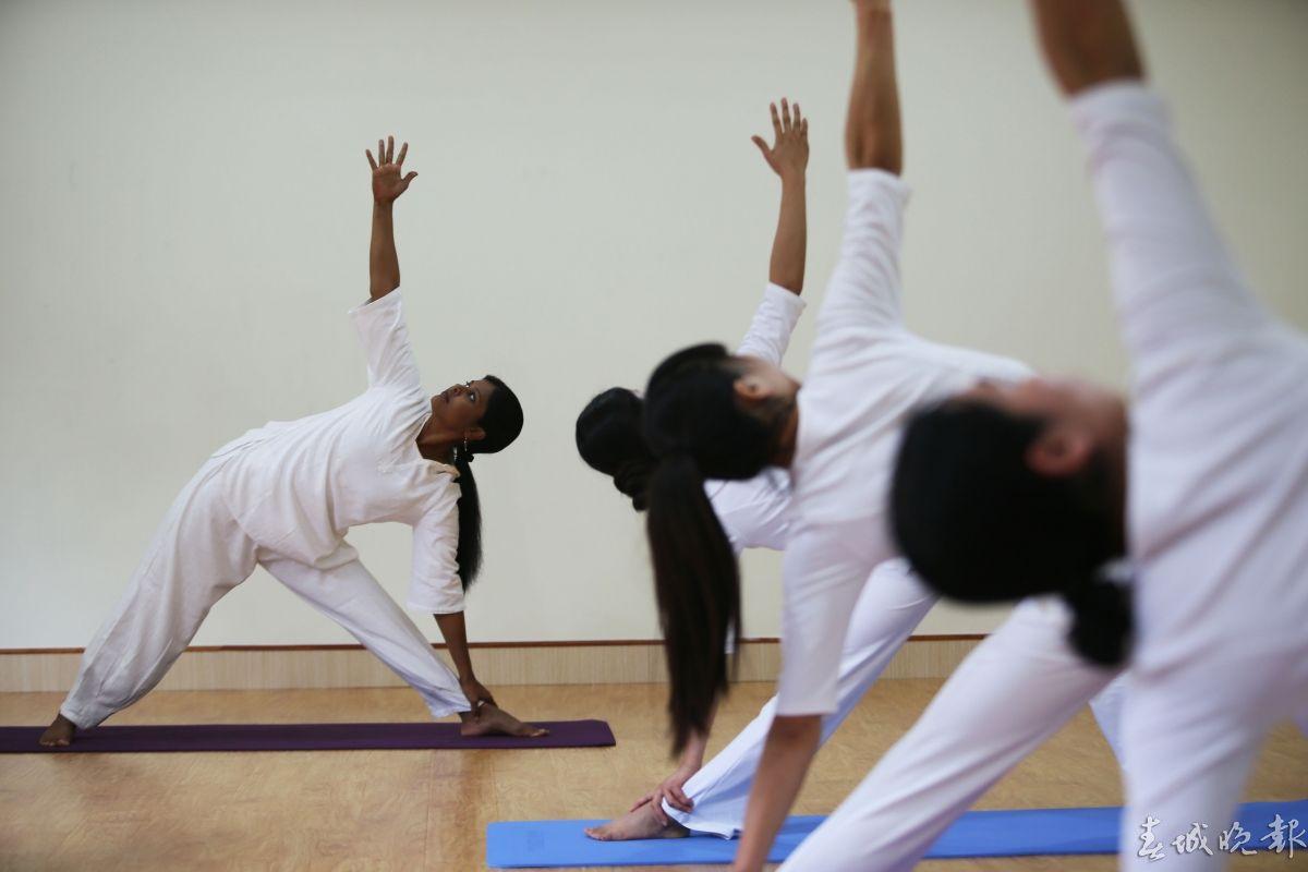 在仪式上晚报记者获悉:目前云南民族大学中印瑜伽学院正积极与国家